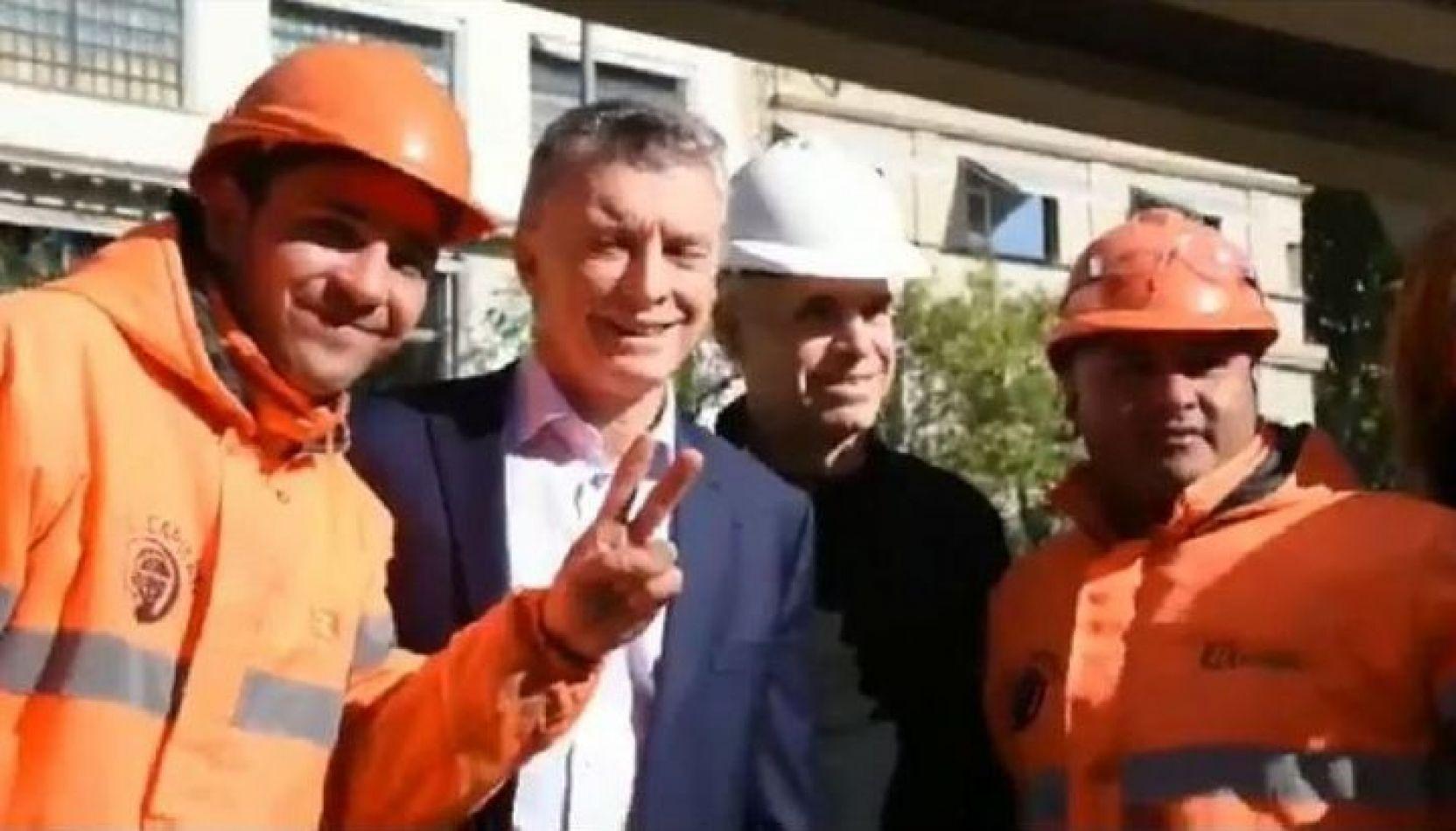 Un obrero puso los dedos en V en una foto con Macri y fue viral