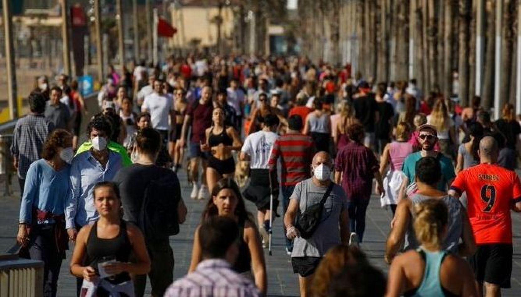 Calles colmadas en España tras la autorización para hacer ejercicios y paseos al aire libre