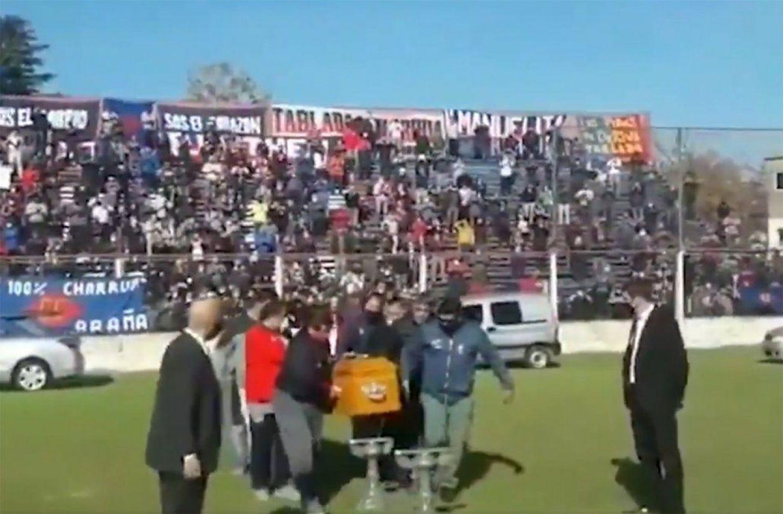 """Hinchas argentinos rompen cuarentena para velar a """"Trinche"""" Carlovich"""
