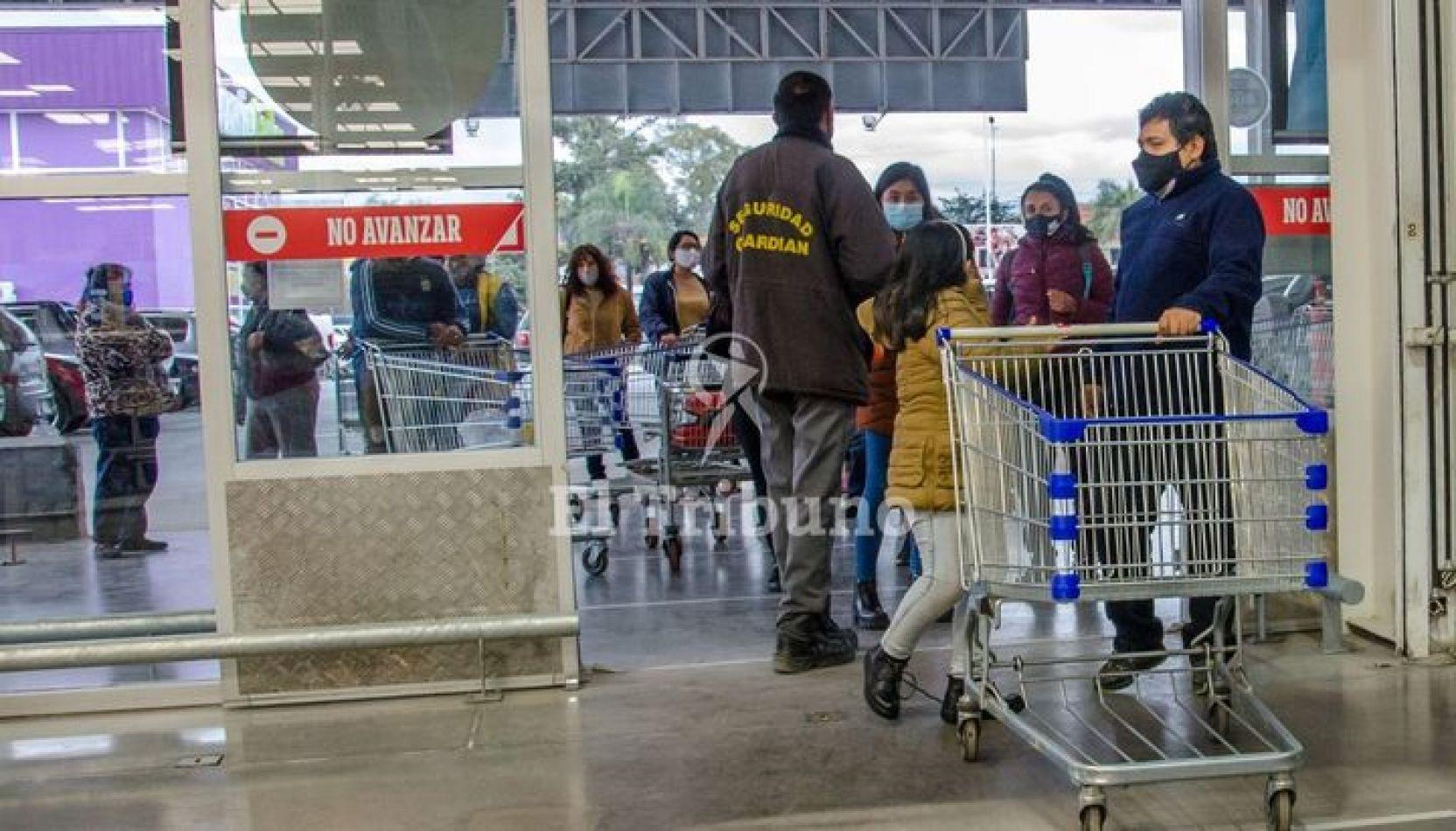 En las zonas de riesgo medio y bajo los supermercados y comercios no abrirán los domingos
